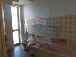 bagno con vasca appartamento