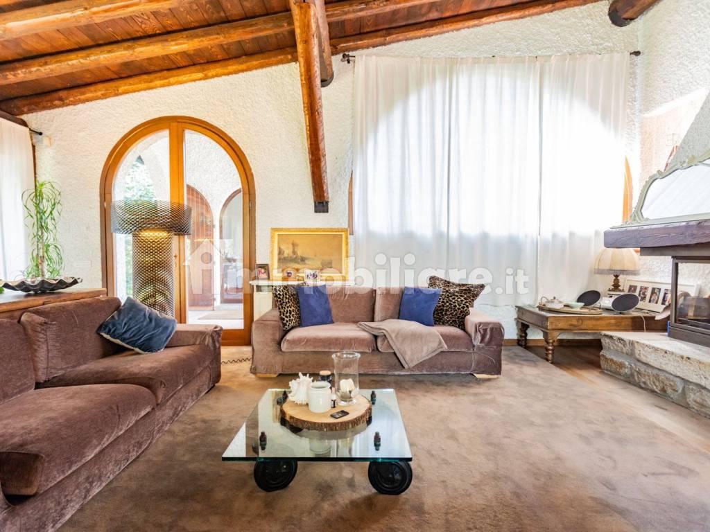 Vendita Villa Unifamiliare In Via Bologna 11 Cabiate Buono Stato Posto Auto Terrazza Riscaldamento Autonomo 500 Mq Rif 77175974